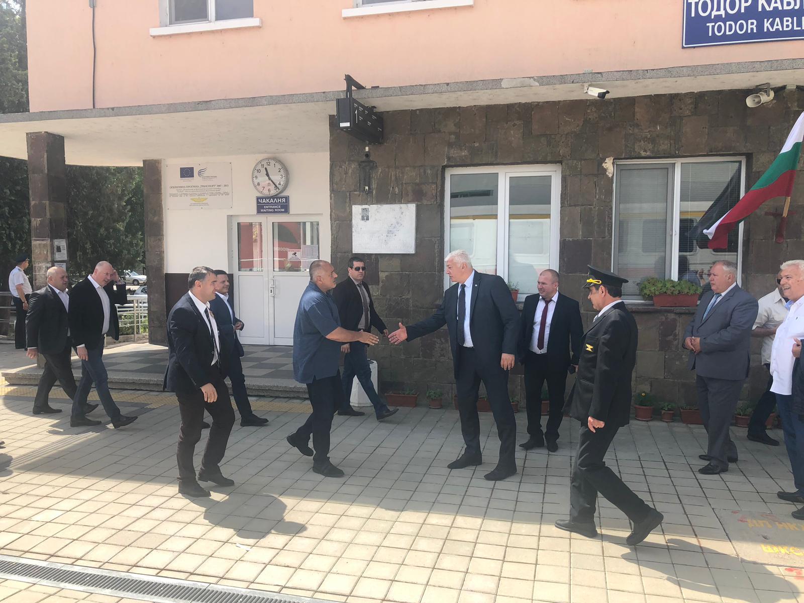 32b4b194be1 Борисов слезе от джипа и се качи на влак! Обеща София-Пловдив за 70 минути