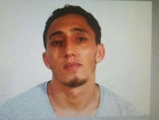 Предалият се в полицията Оукабир се снимал с автомат (СНИМКИ) - D