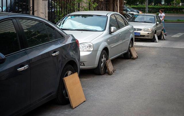 Защо китайците покриват гумите на колите си