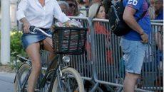 Първата дама на Франция шокира - на велосипед с минипола