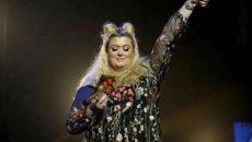 Британска водеща падна от сцената по време на тв шоу (ВИДЕО)