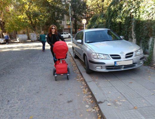 Наглец паркира на тротоара, майки с колички не могат да минат (СНИМКИ)