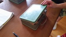 Семейство намери скрита кутия за храна в дома си. А в нея... (СНИМКИ)