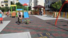 """Кметът на пловдивския район """"Южен"""" Борислав Инчев откри изцяло обновената детска площадка срещу бензиностанцията """"Хаджията Груев"""", като паралелно с това обяви и старта на изграждането на още две нови площадки за деца в близост до """"Камела""""."""