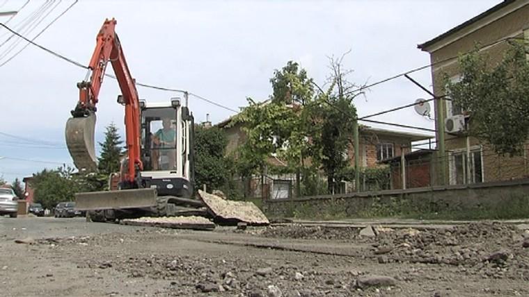 Продължава пропадането на пътя в Крумово