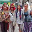 Французойка покри коси с българска забрадка в Пловдив (СНИМКИ)