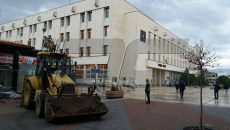 Багер събаря павилионите до Централна поща (СНИМКИ)