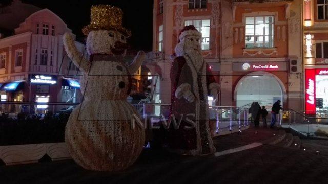 Дядо Коледа и Снежанка пак на Римския стадион