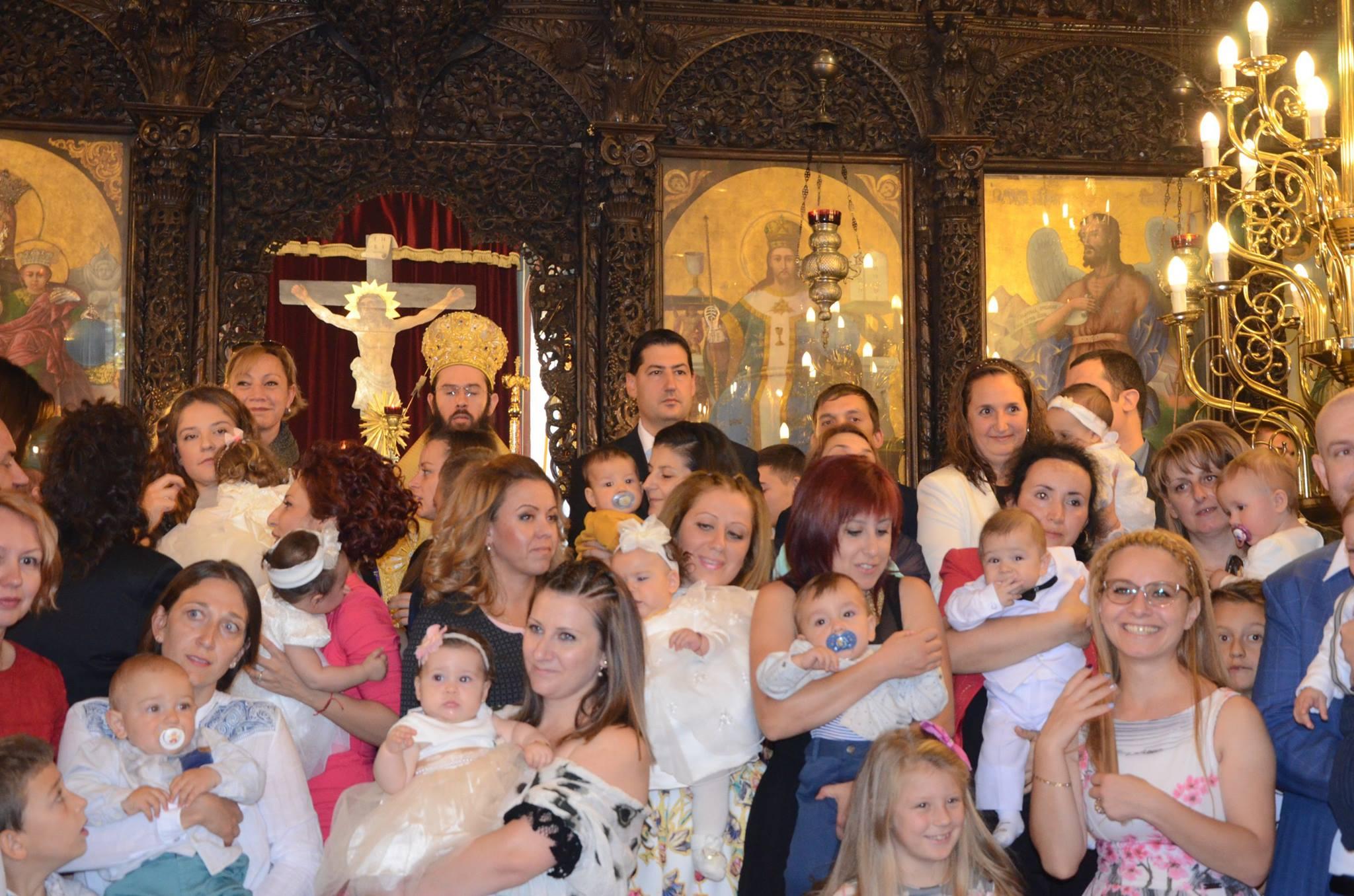 Тотев, кака Лара и мис България 2006 кръстиха 60 деца в Пловдив (СНИМКИ)