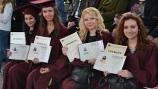 promocia vav FISN - otlichnici pozirat s diplomi i gramoti