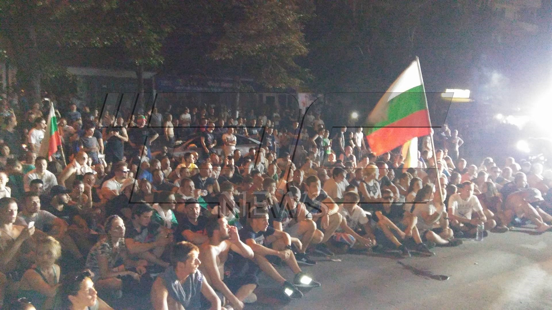 Асеновградчани седнаха на пътя, не искат да си ходят