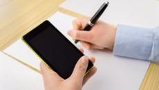 uchenik-smartphone-telefon-prepisvane-238938-500x334