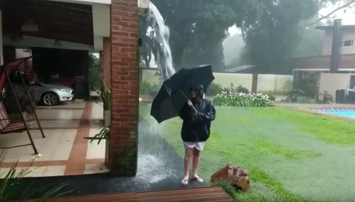 Мълния удари момче с чадър